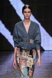 NEW YORK, NY - 08 SEPTEMBER: Modelvanessa moody loopt de baan bij de modeshow van Donna Karan Spring 2015 royalty-vrije stock afbeelding
