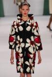 NEW YORK, NY - 8. SEPTEMBER: Vorbildliche Alisa Ahmann geht die Rollbahn an der Carolina Herrera-Modeschau Lizenzfreie Stockfotografie