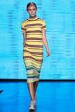 NEW YORK, NY - 7. SEPTEMBER: Vorbildliche Anna Mellbin geht die Rollbahn an der Modekollektion DKNY-Frühlinges 2015 Stockbild