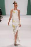 NEW YORK, NY - 8. SEPTEMBER: Vorbildliche Carolin Loosen geht die Rollbahn an der Carolina Herrera-Modeschau Lizenzfreie Stockbilder
