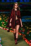 NEW YORK, NY - 8. SEPTEMBER: Vorbildliche Georgia May Jagger geht die Rollbahn an Tommy Hilfiger Womens Modeschau Stockbilder
