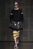 NEW YORK, NY - 7. SEPTEMBER: Vorbildliche Hedvig Palm geht die Rollbahn an der Modekollektion DKNY-Frühlinges 2015 Lizenzfreie Stockbilder