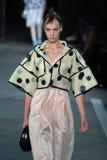 NEW YORK, NY - 9. SEPTEMBER: Vorbildliche Irina Liss geht die Rollbahn an der Marc By Marc Jacobs-Modeschau Lizenzfreie Stockfotografie