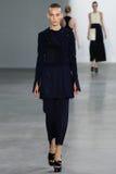 NEW YORK, NY - 11. SEPTEMBER: Vorbildliche Julia Bergshoeff geht die Rollbahn an der Calvin Klein Collections-Modeschau Lizenzfreie Stockbilder