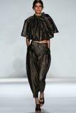 NEW YORK, NY - 5. SEPTEMBER: Vorbildliche Kamila Hansen geht die Rollbahn an der Zimmermann-Modeschau Lizenzfreies Stockbild
