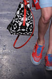 NEW YORK, NY - 7. SEPTEMBER: Vorbildliche Lera Tribel geht die Rollbahn an der Modekollektion DKNY-Frühlinges 2015 Lizenzfreies Stockbild