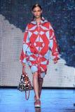 NEW YORK, NY - 7. SEPTEMBER: Vorbildliche Lera Tribel geht die Rollbahn an der Modekollektion DKNY-Frühlinges 2015 Lizenzfreie Stockfotos