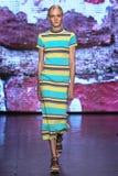 NEW YORK, NY - 7. SEPTEMBER: Vorbildliche Maja Salamon geht die Rollbahn an der Modekollektion DKNY-Frühlinges 2015 Lizenzfreies Stockbild