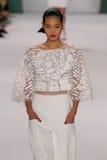 NEW YORK, NY - 8. SEPTEMBER: Vorbildlicher Chiharu Okunugi geht die Rollbahn an der Carolina Herrera-Modeschau Lizenzfreie Stockbilder