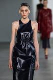 NEW YORK, NY - 11. SEPTEMBER: Vorbildlicher Serena Archetti geht die Rollbahn an der Calvin Klein Collections-Modeschau Lizenzfreie Stockbilder