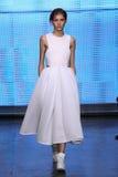 NEW YORK, NY - 7. SEPTEMBER: Vorbildlicher Valery Kaufman geht die Rollbahn an der Modekollektion DKNY-Frühlinges 2015 Lizenzfreies Stockbild
