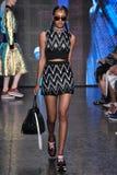 NEW YORK, NY - 7. SEPTEMBER: Vorbildliches Alewya Demmisse geht die Rollbahn an der Modekollektion DKNY-Frühlinges 2015 Lizenzfreie Stockfotografie