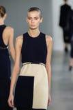 NEW YORK, NY - 11. SEPTEMBER: Vorbildliches Dasha Denisenko geht die Rollbahn an der Calvin Klein Collections-Modeschau Stockbilder