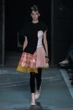 NEW YORK, NY - 9. SEPTEMBER: Vorbildliches Dasha Denisenko geht die Rollbahn an der Marc By Marc Jacobs-Modeschau Lizenzfreie Stockfotos