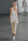 NEW YORK, NY - 11. SEPTEMBER: Vorbildliches Harleth Kuusik geht die Rollbahn an der Calvin Klein Collections-Modeschau Lizenzfreies Stockfoto