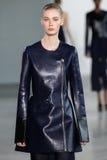 NEW YORK, NY - 11. SEPTEMBER: Vorbildliches Sina geht die Rollbahn an der Calvin Klein Collections-Modeschau Stockfotografie