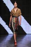 NEW YORK, NY - 8. SEPTEMBER: Vorbildliches Vasilisa Pavlova geht die Rollbahn an Donna Karan Spring-Modeschau 2015 Lizenzfreies Stockbild