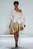 NEW YORK, NY - 5 SEPTEMBRE : Aloysha Kovalyova modèle marche la piste au défilé de mode de Zimmermann Photo libre de droits