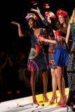 NEW YORK, NY - 4 SEPTEMBRE : Modèles jetant des pétales en l'air à la piste au défilé de mode 2015 du printemps de Desigual Photographie stock libre de droits