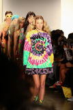 NEW YORK, NY - 10 SEPTEMBRE : Promenade de modèles la finale de piste au défilé de mode de Jeremy Scott Image stock