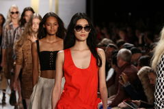 NEW YORK, NY - 8 SEPTEMBRE : Promenade de modèles la finale de piste pendant le défilé de mode de Diane Von Furstenberg Image stock