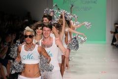 NEW YORK, NY - 10 SEPTEMBRE : Promenade de modèles la piste au défilé de mode 2015 de Betsey Johnson Spring Photo stock