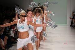 NEW YORK, NY - 10 SEPTEMBRE : Promenade de modèles la piste au défilé de mode 2015 de Betsey Johnson Spring Photographie stock libre de droits