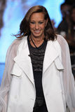 NEW YORK, NY - 7 SEPTEMBRE : Promenades de Donna Karan de concepteur la piste à la collection de mode du ressort 2015 de DKNY Image libre de droits