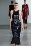 NEW YORK, NY - 11 SEPTEMBRE : Serena Archetti modèle marche la piste au défilé de mode de Calvin Klein Collection Image stock