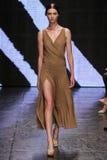 NEW YORK, NY - 8 SEPTEMBRE : Stephanie Joy Field modèle marche la piste au défilé de mode 2015 de Donna Karan Spring Photos stock