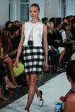 NEW YORK, NY - 9 SEPTEMBRE : Un modèle marche la piste au défilé de mode d'Oscar De La Renta Image stock