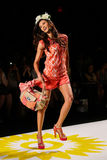 NEW YORK, NY - 4 SEPTEMBRE : Un modèle marche la piste au défilé de mode 2015 du printemps de Desigual Photo stock