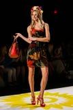 NEW YORK, NY - 4 SEPTEMBRE : Un modèle marche la piste au défilé de mode 2015 du printemps de Desigual Image libre de droits
