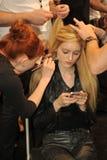 NEW YORK, NY - 8 SEPTEMBRE : Un modèle prépare à l'arrière plan à l'exposition de Katya Leonovich pendant la semaine 2013 de mode  Images libres de droits