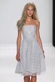 NEW YORK, NY - 9 SEPTEMBRE : Un modèle marche la piste au défilé de mode de Badgley Mischka Photos stock