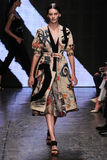 NEW YORK, NY - 8 SETTEMBRE: Amanda Murphy di modello cammina la pista alla sfilata di moda 2015 di Donna Karan Spring Fotografia Stock Libera da Diritti