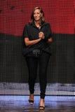 NEW YORK, NY - 8 SETTEMBRE: Donna Karan accoglie il pubblico dopo la presentazione della sua raccolta di Donna Karan New York SS2 Fotografie Stock Libere da Diritti