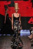 NEW YORK, NY - 8 SETTEMBRE: Karlie Kloss di modello cammina la pista alla raccolta di Donna Karan Spring 2015 Fotografie Stock