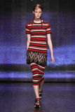 NEW YORK, NY - 7 SETTEMBRE: Magdalena Jasek di modello cammina la pista alla raccolta di modo della primavera 2015 di DKNY fotografia stock