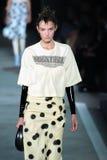 NEW YORK, NY - 9 SETTEMBRE: Natali Eidelman di modello cammina la pista alla sfilata di moda di Marc By Marc Jacobs Fotografia Stock Libera da Diritti