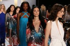 NEW YORK, NY - 8 SETTEMBRE: Passeggiata dei modelli il finale della pista durante la sfilata di moda di Diane Von Furstenberg Immagini Stock