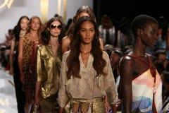 NEW YORK, NY - 8 SETTEMBRE: Passeggiata dei modelli il finale della pista durante la sfilata di moda di Diane Von Furstenberg Immagine Stock