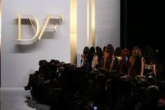 NEW YORK, NY - 8 SETTEMBRE: Passeggiata dei modelli il finale della pista durante la sfilata di moda di Diane Von Furstenberg Fotografie Stock
