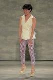 NEW YORK, NY - 6 SETTEMBRE: Passeggiate di Son Jung Wan del progettista la pista alla sfilata di moda 2015 di Jung Wan Spring del Immagini Stock