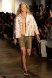 NEW YORK, NY - 10 SETTEMBRE: Un modello cammina la pista alla sfilata di moda di Jeremy Scott Fotografia Stock Libera da Diritti