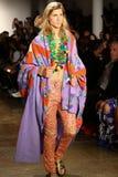 NEW YORK, NY - 10 SETTEMBRE: Un modello cammina la pista alla sfilata di moda di Jeremy Scott Fotografie Stock