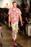 NEW YORK, NY - 10 SETTEMBRE: Un modello cammina la pista alla sfilata di moda di Jeremy Scott Immagini Stock Libere da Diritti