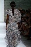 NEW YORK, NY - 5 SETTEMBRE: Un modello cammina la pista alla sfilata di moda di Zimmermann Fotografia Stock