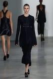 NEW YORK, NY - 11 SETTEMBRE: Vanessa Moody di modello cammina la pista alla sfilata di moda di Calvin Klein Collection fotografia stock
