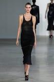 NEW YORK, NY - 11 SETTEMBRE: Vanessa Moody di modello cammina la pista alla sfilata di moda di Calvin Klein Collection fotografia stock libera da diritti
